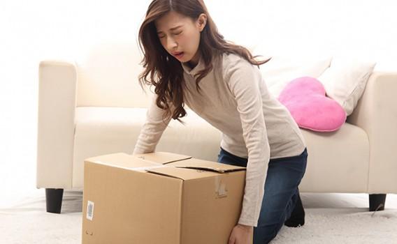 【腰痛】重い荷物を持ってギックリ腰になった女性