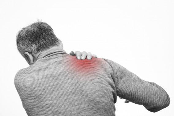 シニア男性肩の痛み